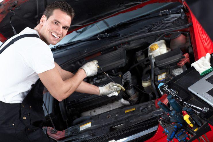 Entretien de véhicule: des mécaniciens qualifiés à la rescousse